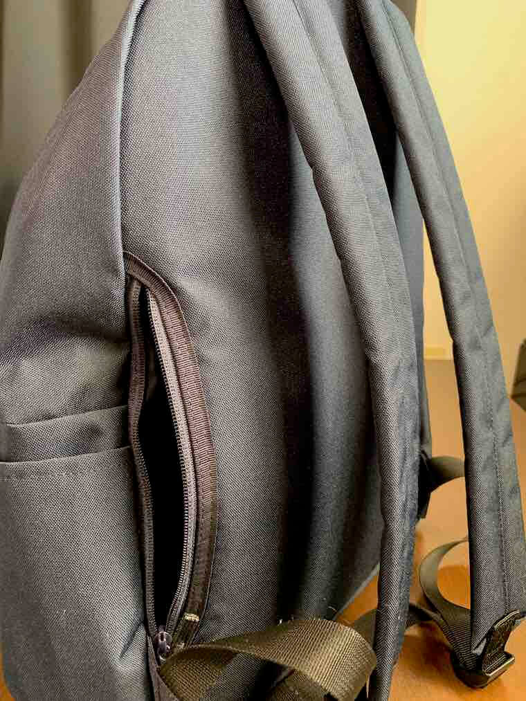 無印良品リュックのファスナー付きサイドポケット