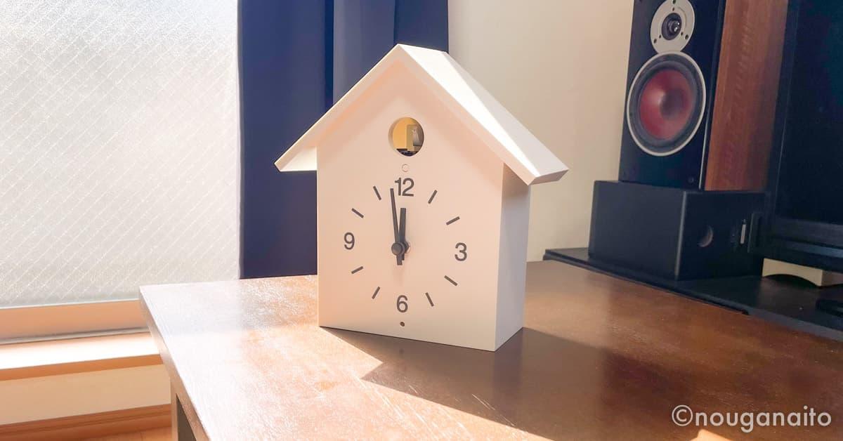 机の上に置かれている鳩時計
